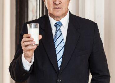 Prezes KZSM zaprosił Sylwię Spurek na szklankę kefiru